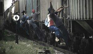 Mexico_train_surfing_migrants_3